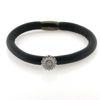 Billede af Memories by Pind armbånd sort lammeskind 1 rk. m. sølv marguerit charm, hvid emalje 17 cm