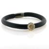 Billede af Memories by Pind armbånd sort lammeskind 1 rk. m. forgyldt sølv marguerit charm, hvid emalje 19 cm