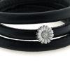 Billede af Memories by Pind armbånd sort lammeskind 3 rk. m. sølv marguerit charm, hvid emalje 63 cm