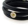 Billede af Memories by Pind armbånd sort lammeskind 3 rk. m. forgyldt sølv marguerit charm, hvid emalje 57 cm