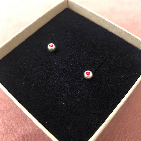 Billede af By Pind ørestik sølv kugle med rød zirkoniasten 4mm