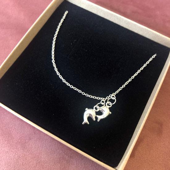 Billede af By Pind ankelkæde sølv med to delfiner og en kugle i enden